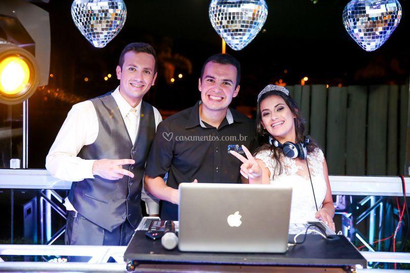 Foto DJ com os noivos
