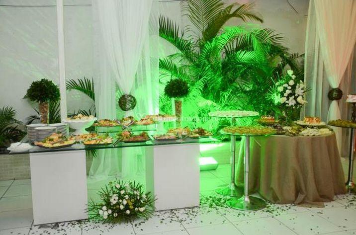 Mesa de doces decorada com flores