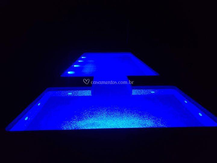 Piscina com iluminação RGB
