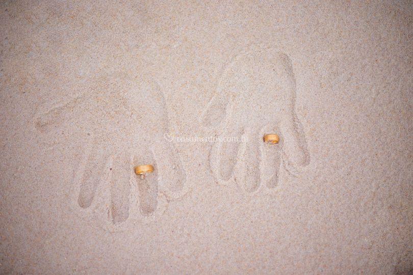 Alianças dos noivos na areia