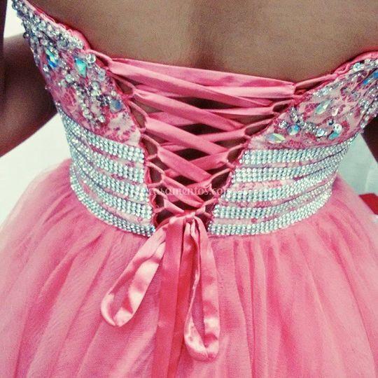 A treliça é uma solução prática e delicada que permite a pessoa regular a abertura daquele vestido...