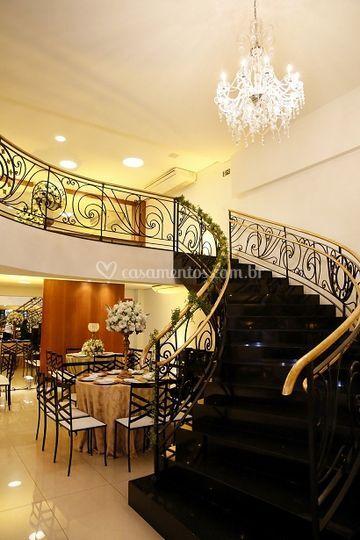 Escada e Lustre de Cristal