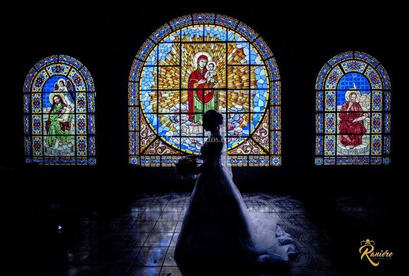 Silhueta de noiva nos vitrais