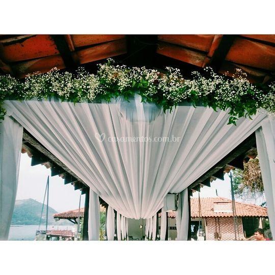Arco de flores e forração