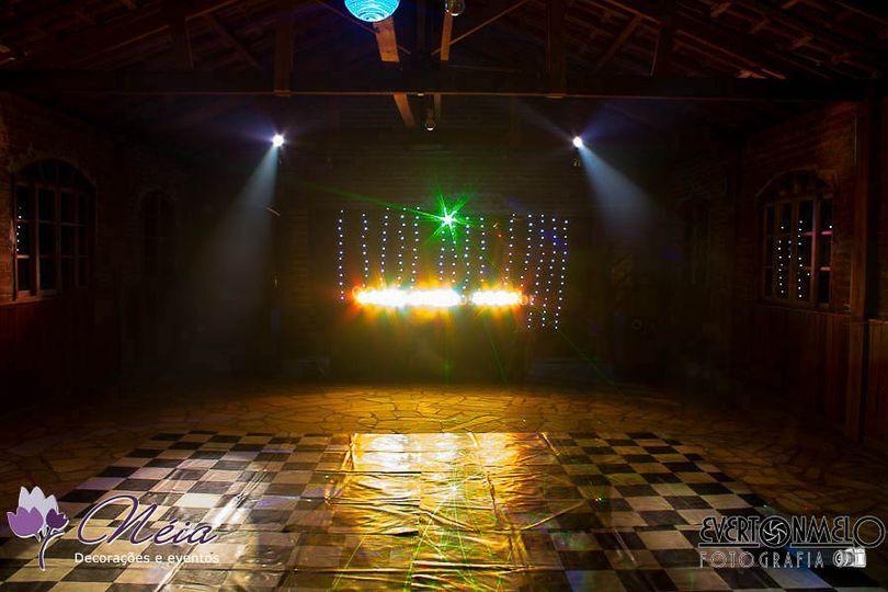 Som, luz, telão e DJ
