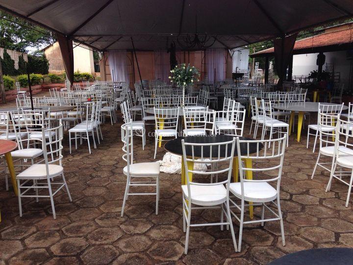 Cadeiras, mesas e toalhas