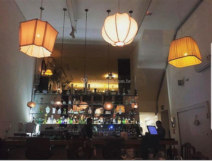 Bar com espelhos e cristais