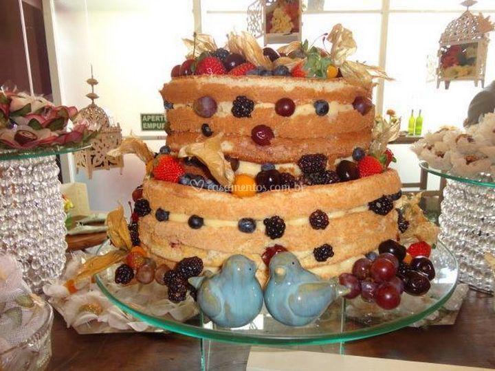 Delicioso bolo com lotes de frutas