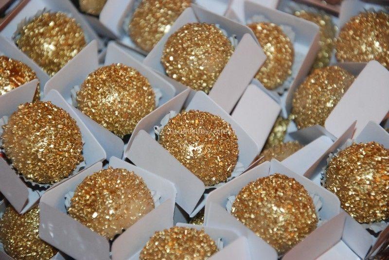 Beijinho com decoração dourada