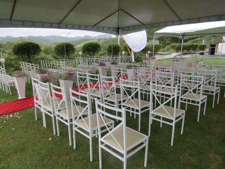 Tendas e cadeiras no gramado