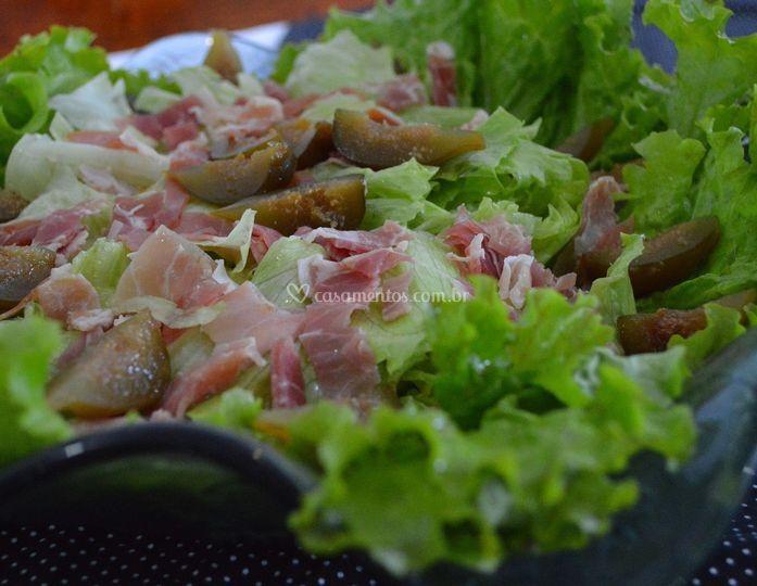 Salada com figo, presunto cru