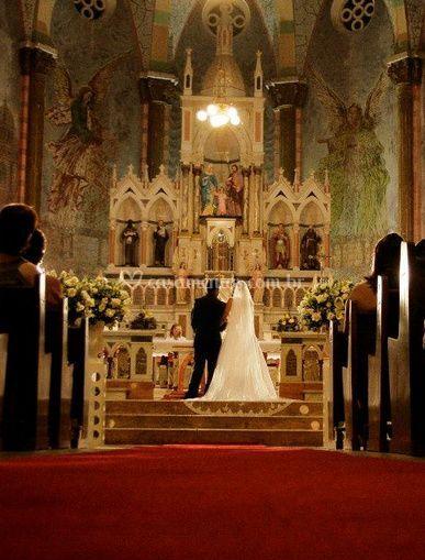 Noivo e noiva no altar
