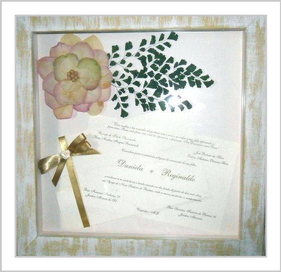 Quadro com convite e flores