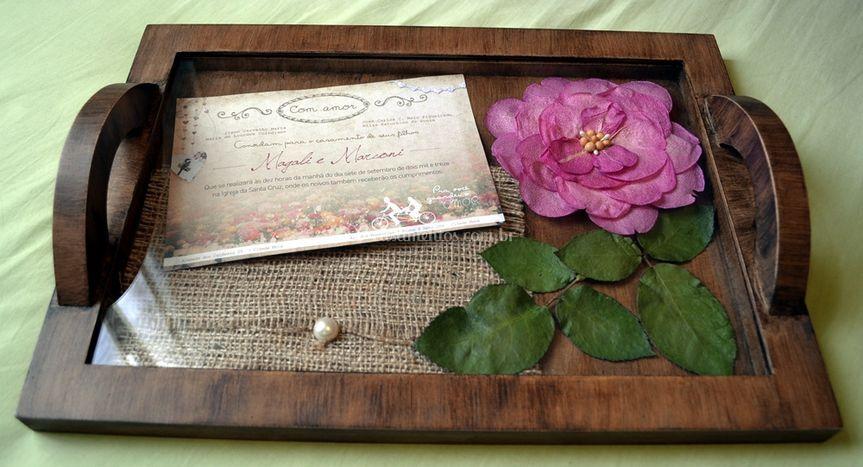Bandeja com convite e flores