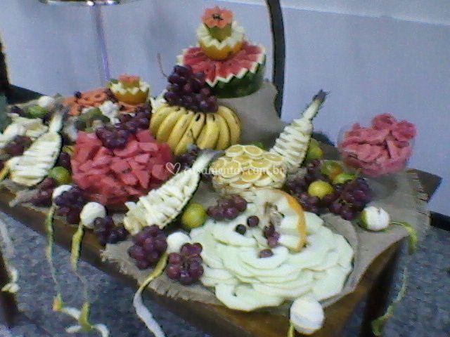 """""""Mesa de frutas e esculturas"""""""