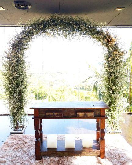 Arco com folhas e flores
