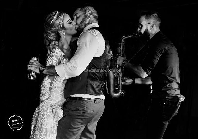 Ao som do saxofone e dos fogos