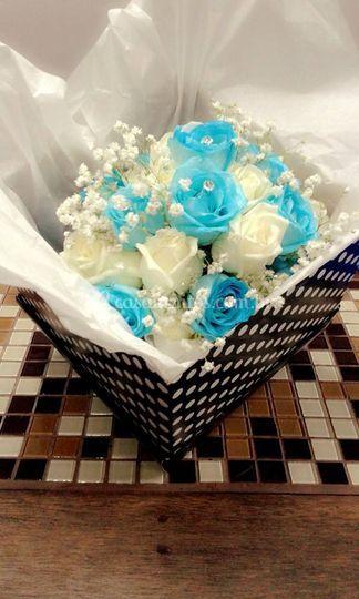 Buque de rosas azuis e brancas