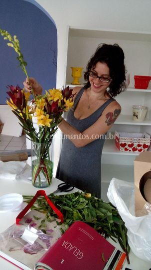 Mariana Maciel fazendo Arranjo