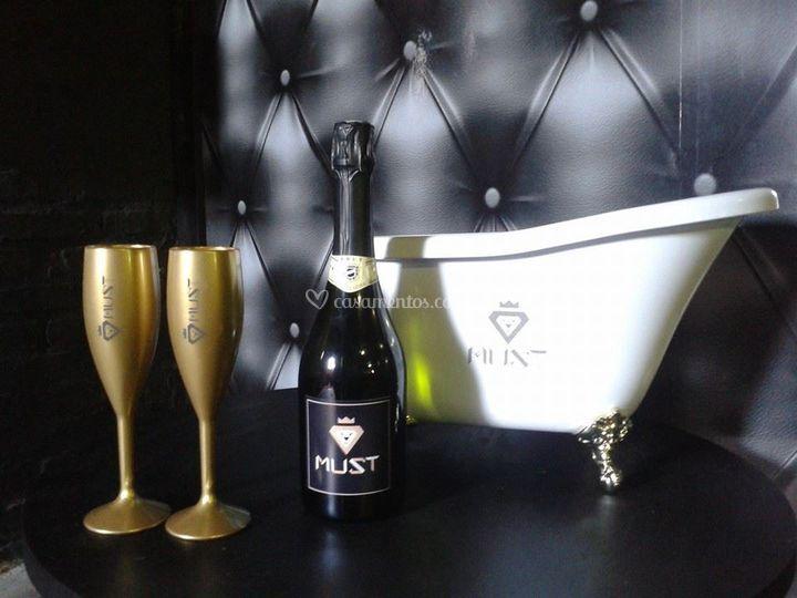 Taças, garrafa e champanheira