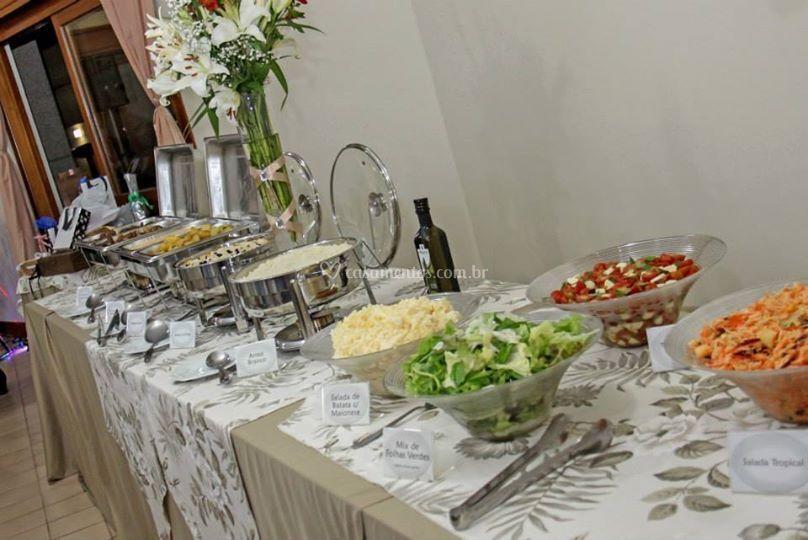 Buffet saladas e pratos quente