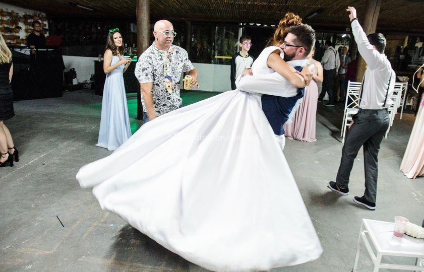 Noivo girando a noiva