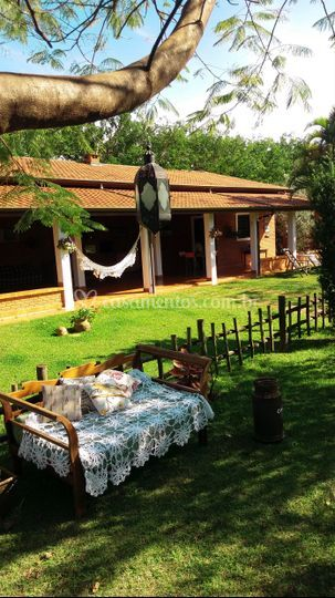Lounge com rancho ao fundo