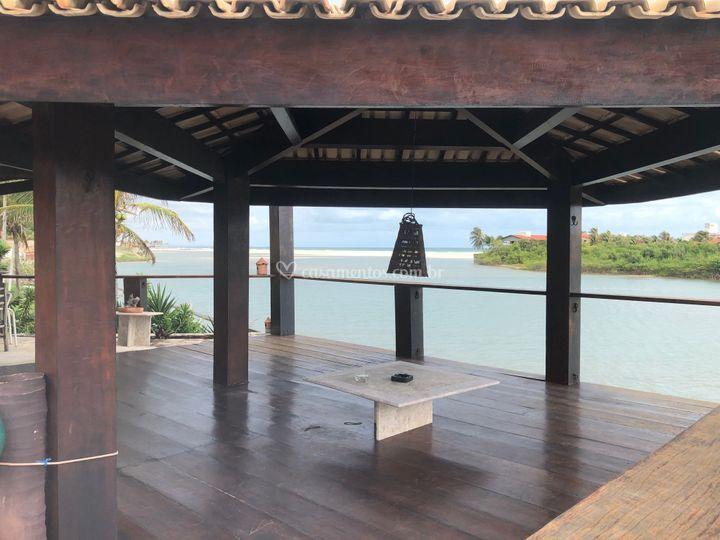 Lindo deck molhado de madeira
