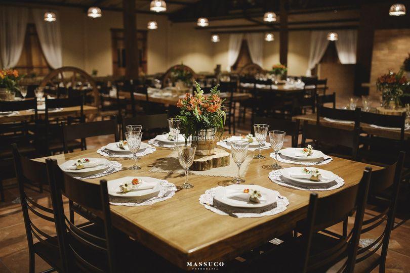 Mesas e salão de festas