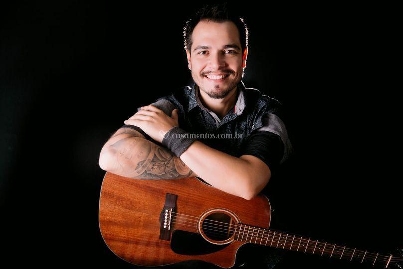 Italo (voz e violão)