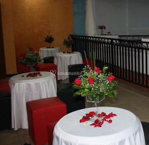 Detalhe da mesa com flores