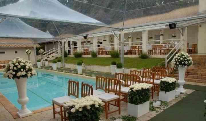 Casando ao lado da piscina