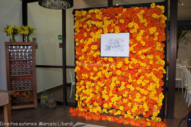 Entrada com parede de flores