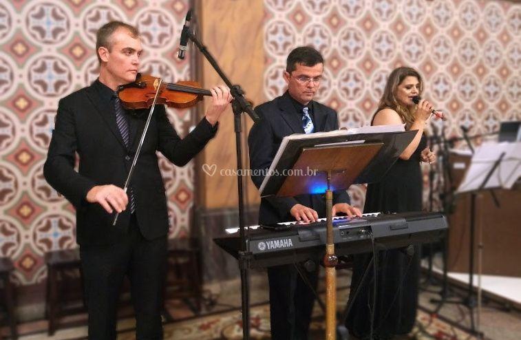 Violino + teclado + vocal