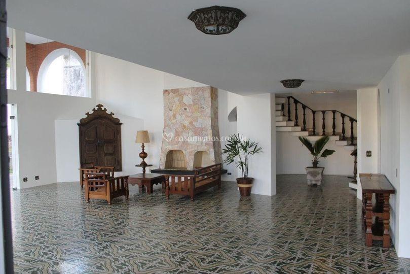 Salão principal com lareira