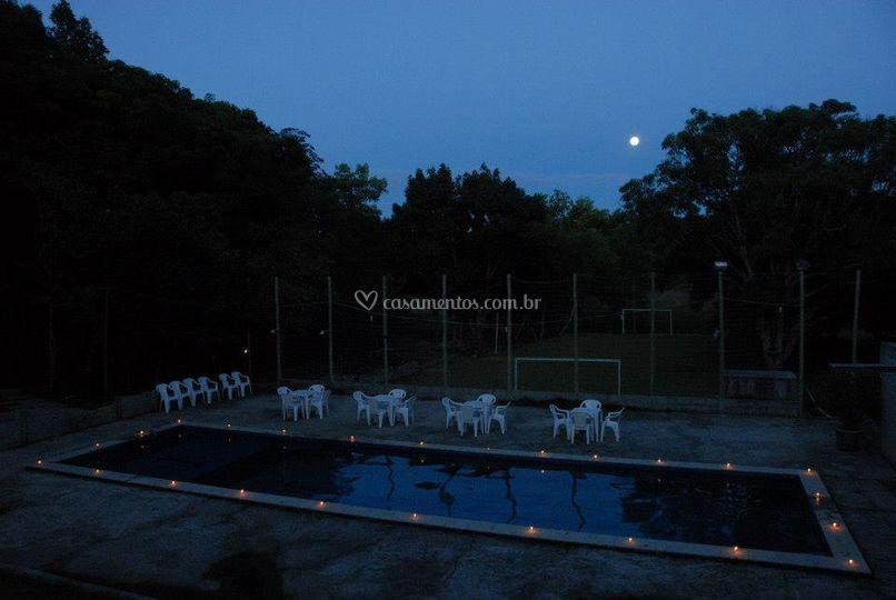 Vista a noite do bar na piscin