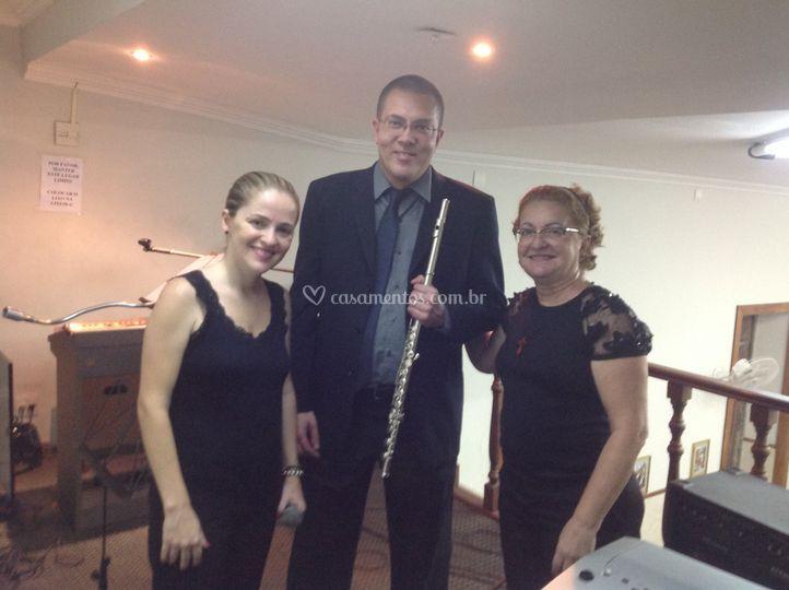 Flauta, cantora e teclado