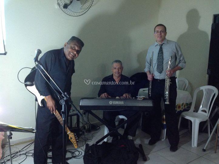Trio voz, teclado e sax