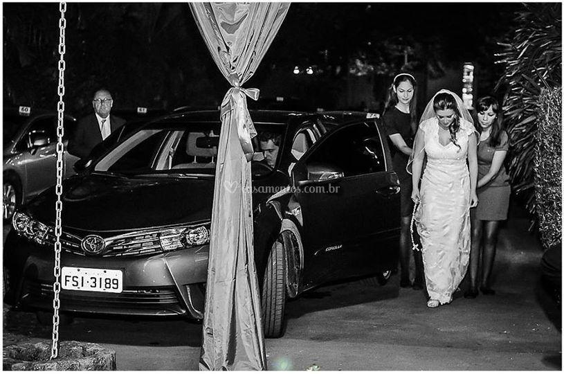 Tirando a noiva do carro