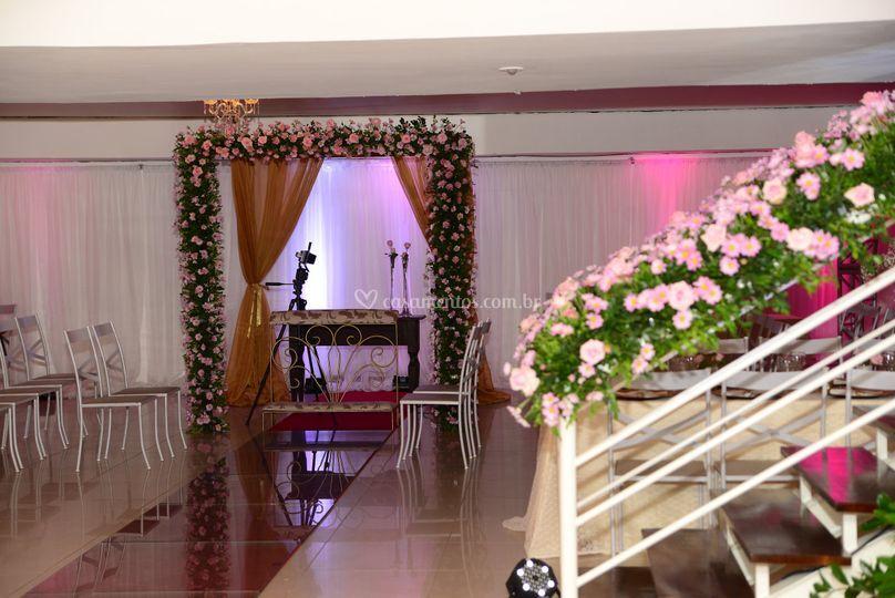 Altar decorado com arco