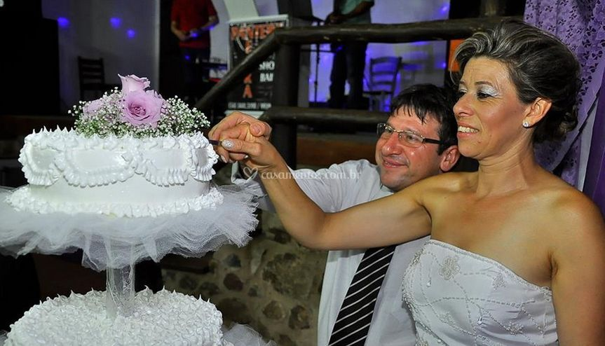 Noivos e bolo de noiva