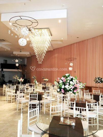 Salão com mesas de vidro