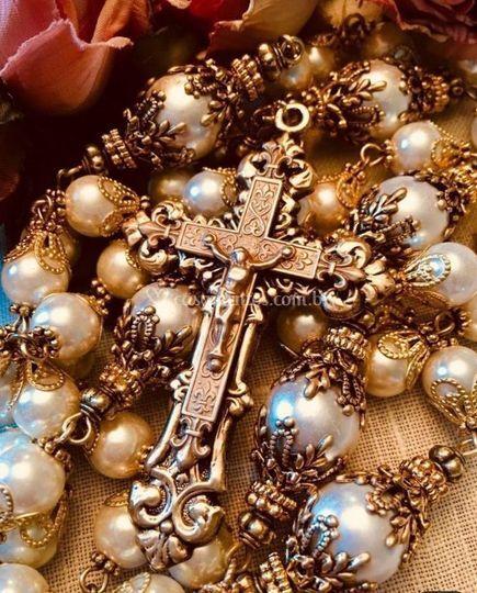 Terço em pérolas com crucifixo