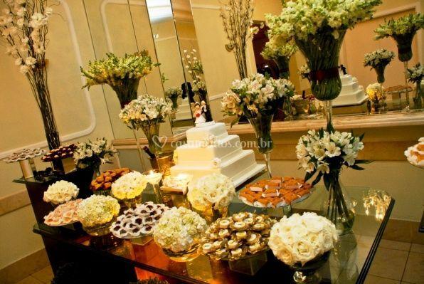 Bolo, doces e flores