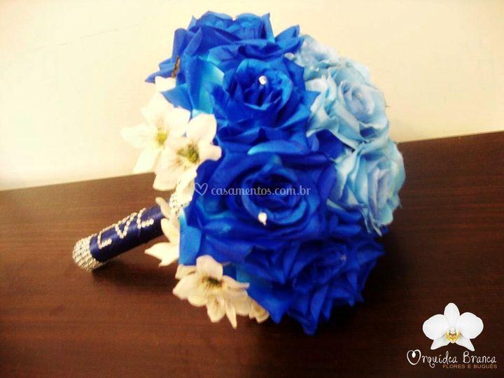 Buquê feito de flores artifici