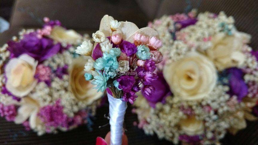 Buquê feito de flores e folhas