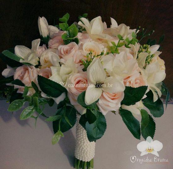Buquê feito com flores artific