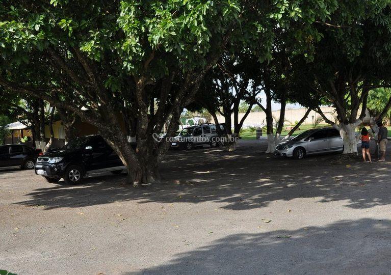 Amplo estacionamento