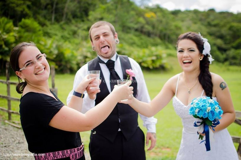 Uma aguinha para os noivos!