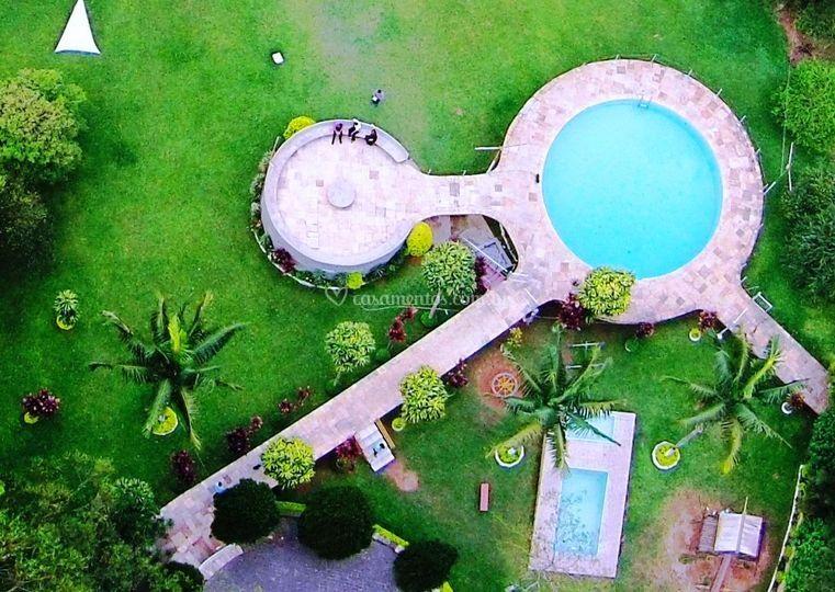 Linda área verde com piscinas